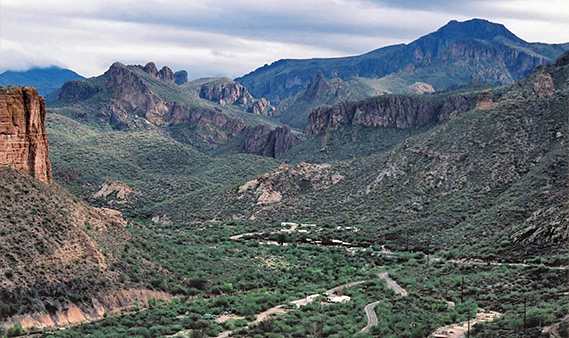 The-vast-mountains-along-the-apache-trail-drive-in-Arizona